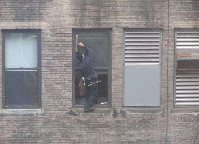 windowcleaner06 - #Video Un limpiador de ventanas valiente en Manhattan. ¿O un loco temerario?