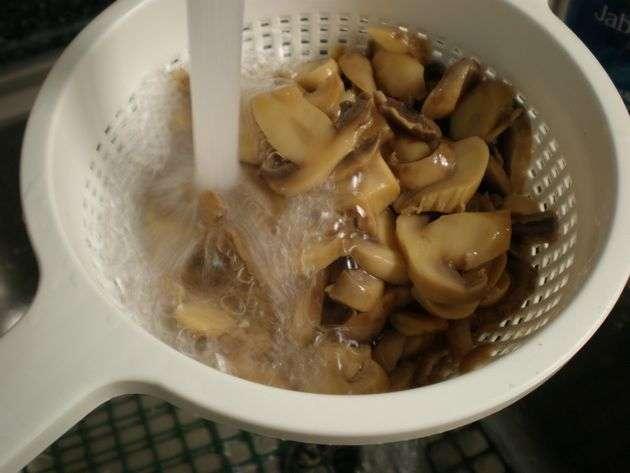 Lavar los champiñones laminados